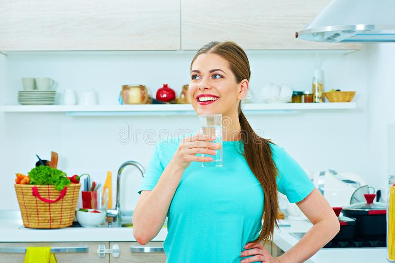 Le kvinnaanseende i hållande vattenexponeringsglas för kök royaltyfri bild