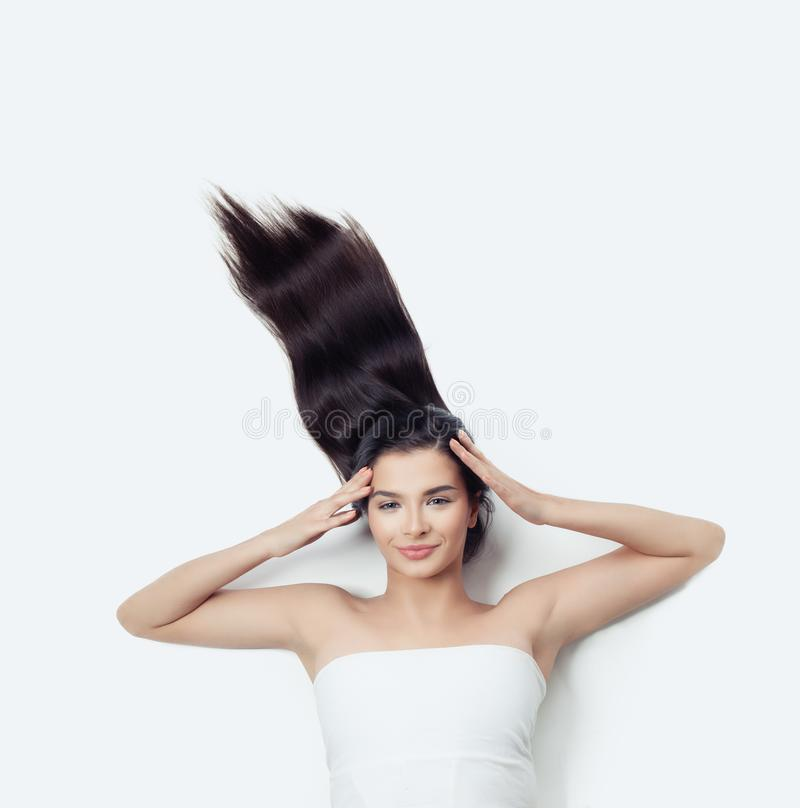Le kvinnabrunett med lockigt hår som blåser - upp Sinnesrörelse uttrycksfullt ansiktsuttryck Flicka på vit arkivbild