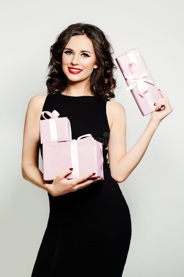 Le kvinnamodemodellen Showing Holding Gifts royaltyfri fotografi