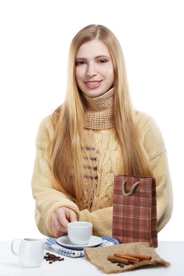 Le kvinnan dricker kaffe med mjölkar och kanel arkivfoton