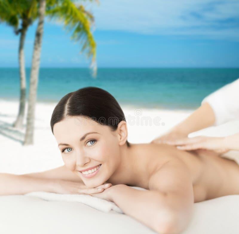 Le kvinnan i brunnsortsalongen som får massage arkivbilder