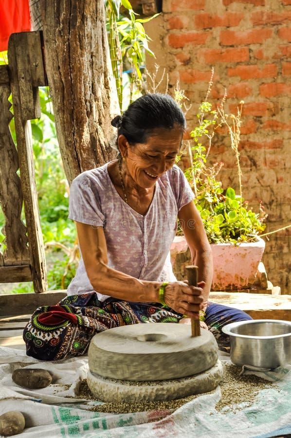 Le kvinnan i Damak i Nepal royaltyfri foto