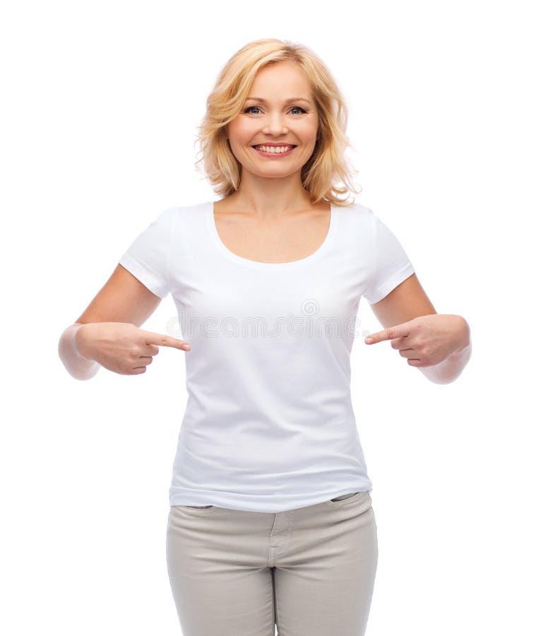 Le kvinnan i den vita t-skjortan som pekar till henne royaltyfri foto