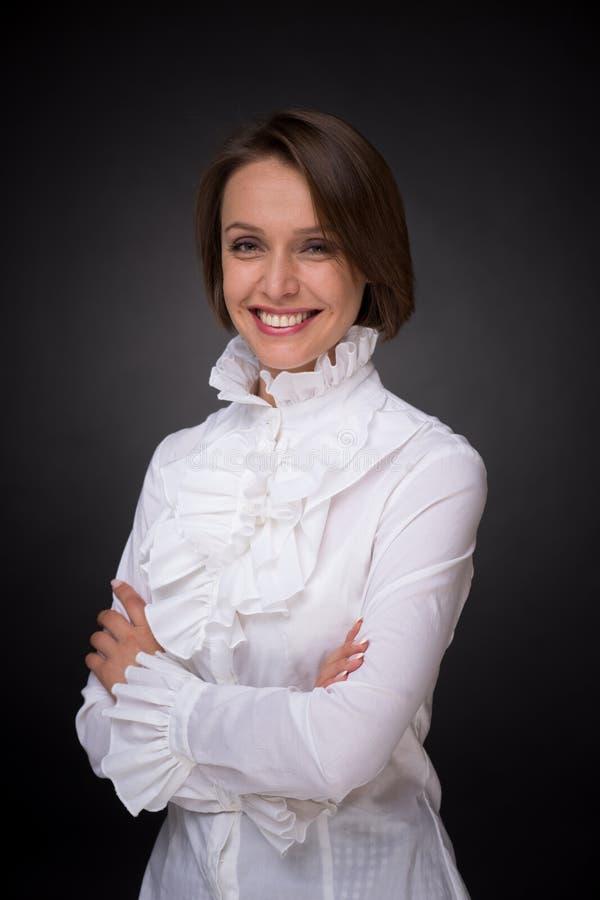 Le kvinnan i det vita skjortakråset arkivbilder