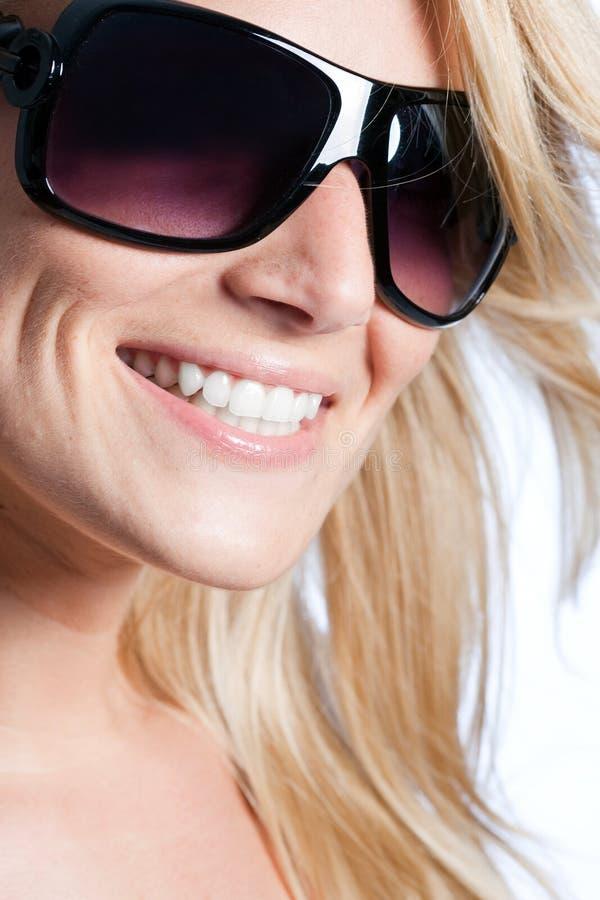 Le kvinnan i modern solglasögon arkivfoton