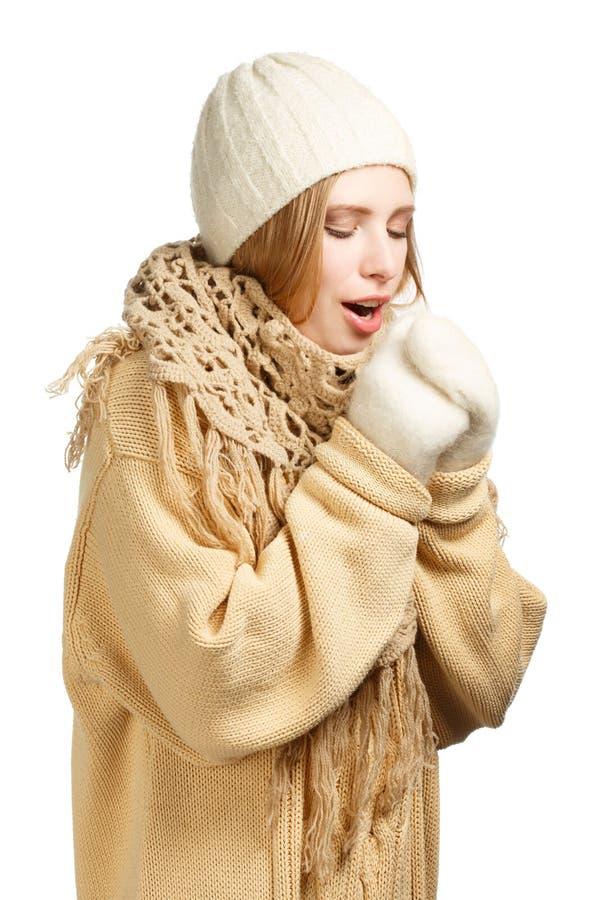 Le kvinnan i varma kläder royaltyfri foto