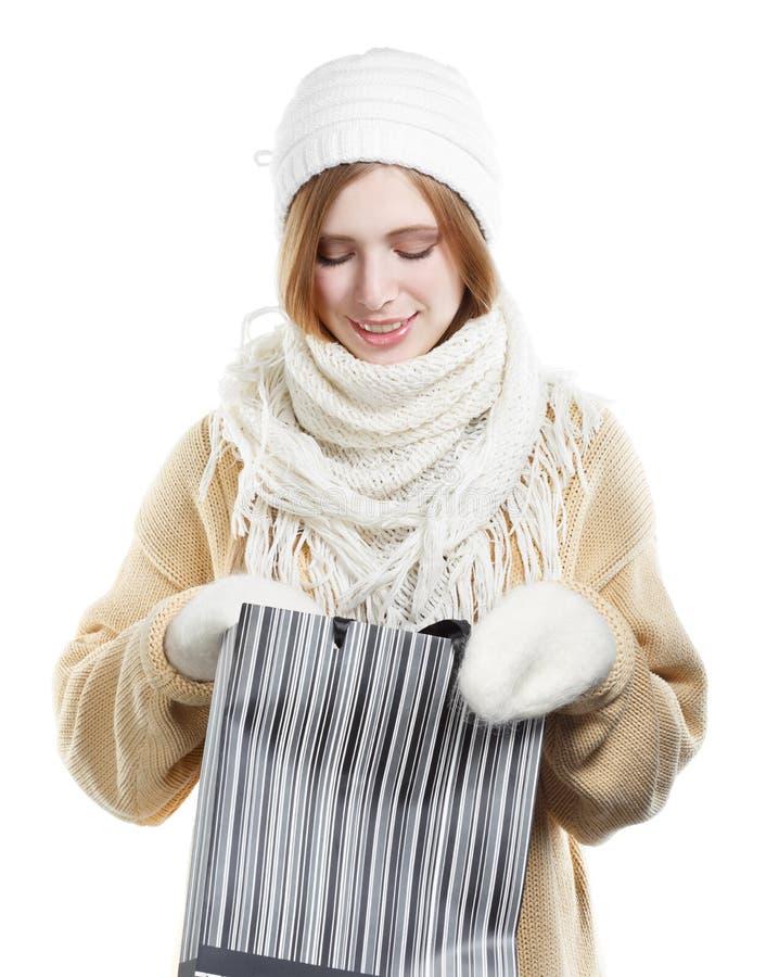 Le kvinnan i varma kläder med påsen royaltyfri bild