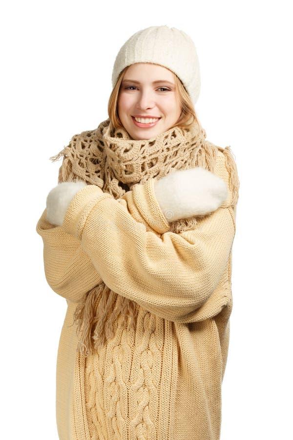 Le kvinnan i varma kläder som kramar sig royaltyfri foto