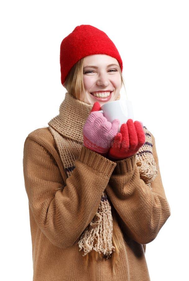Le kvinnan i vinterkläder med koppen royaltyfria bilder
