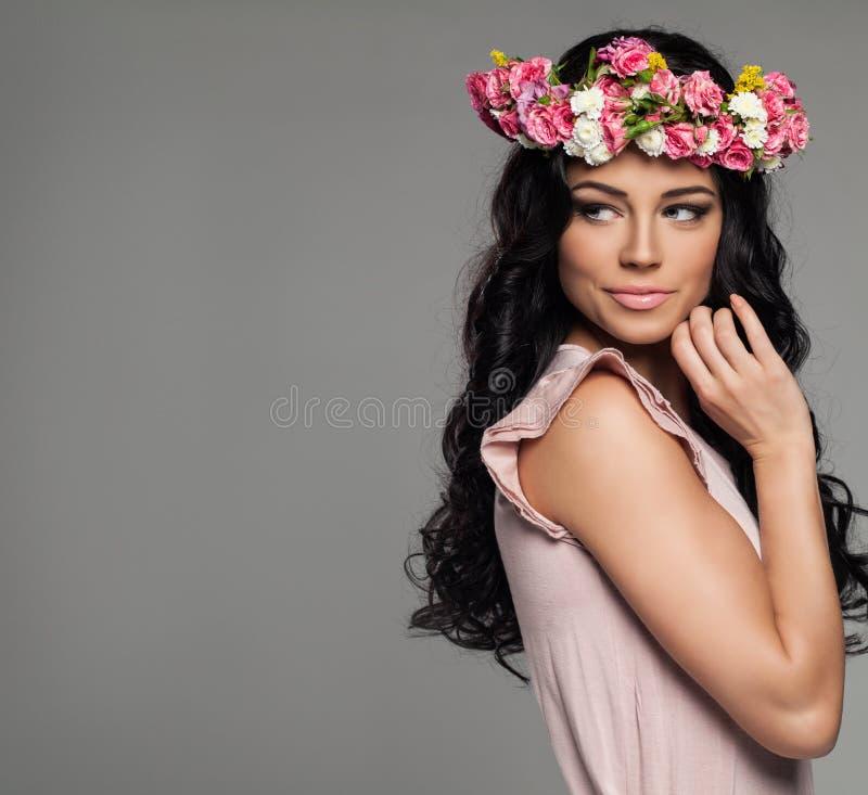 Le kvinnan med blommor på bakgrund royaltyfria bilder