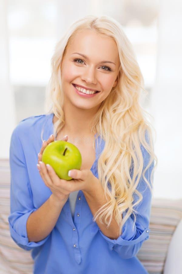 Le kvinnan med det hemmastadda gröna äpplet arkivfoto