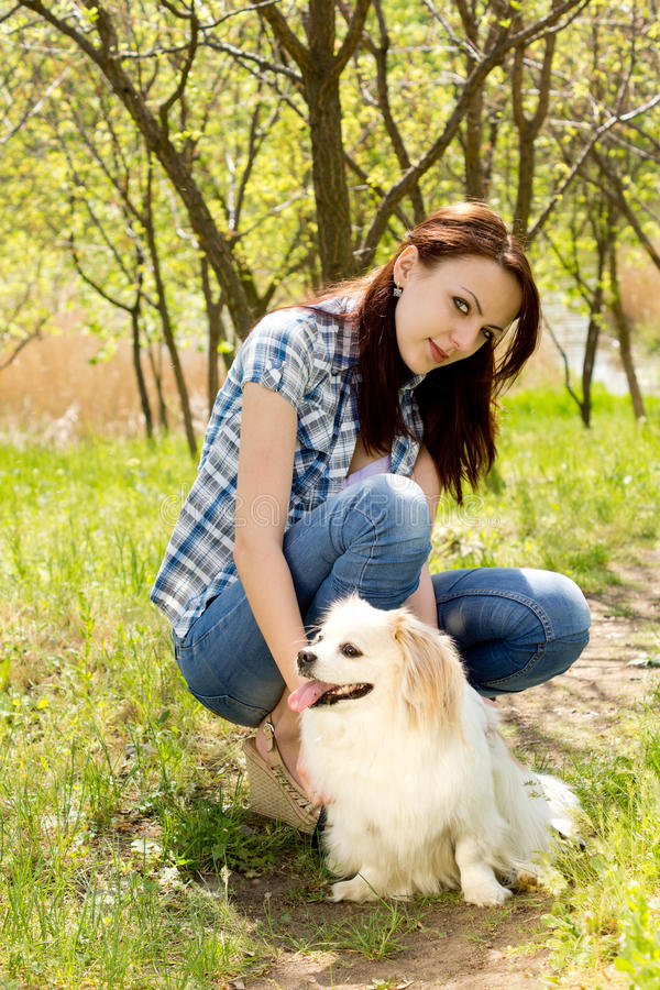 Le kvinnan med hennes gulliga hund royaltyfri bild