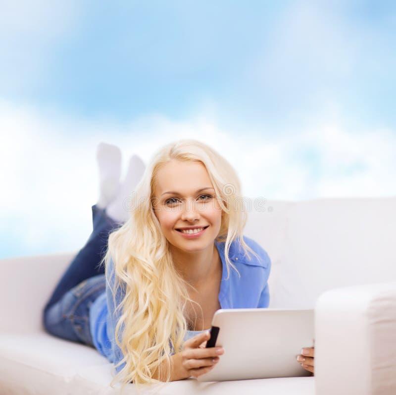 Le kvinnan med minnestavlaPCdatoren fotografering för bildbyråer