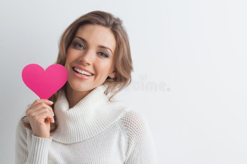 Le kvinnan med pappers- hjärta fotografering för bildbyråer