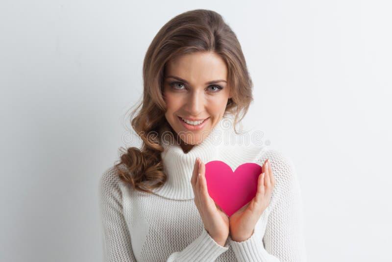 Le kvinnan med pappers- hjärta royaltyfri bild