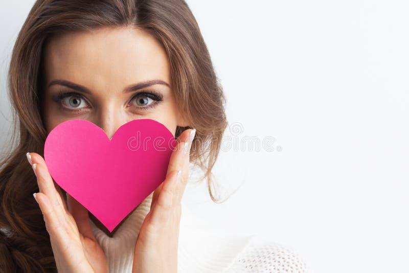 Le kvinnan med pappers- hjärta royaltyfria bilder