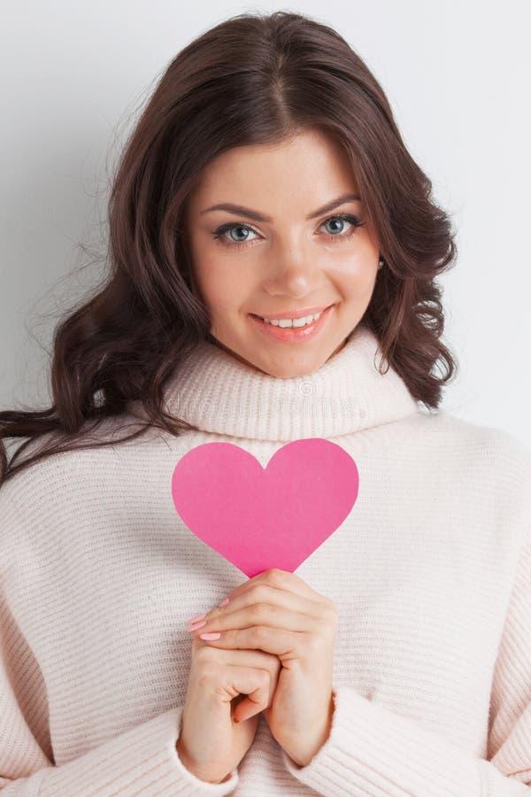 Le kvinnan med pappers- hjärta arkivfoton