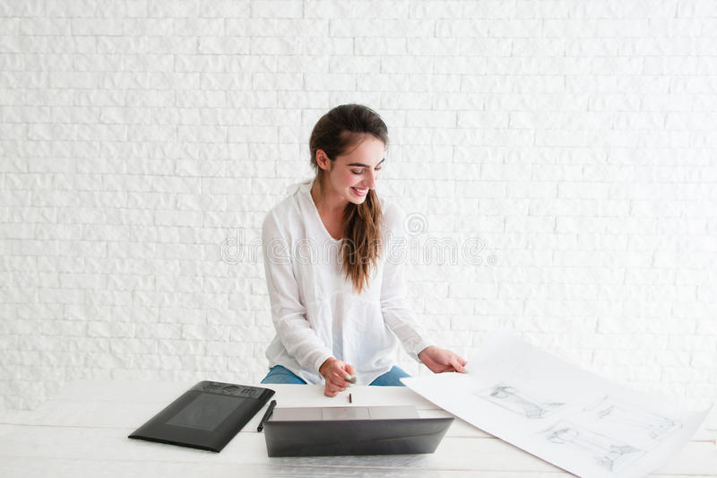 Le kvinnan på arbetsplatsen, fritt utrymme royaltyfri bild