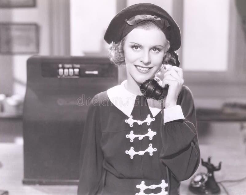 Le kvinnan på telefonen arkivfoton