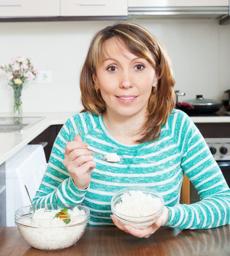 Le kvinnan som äter kokta ris royaltyfri foto