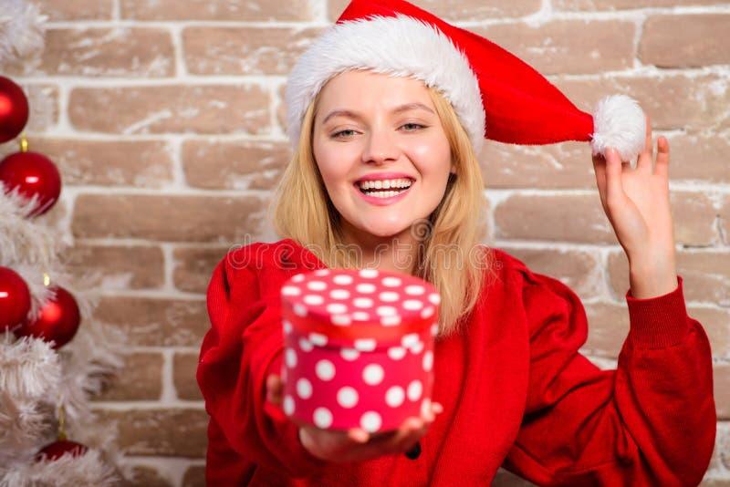 Le kvinnan som firar jul Lycklig flicka i den Santa Claus hatten Leveransjulgåvor Parti för nytt år glatt royaltyfri bild