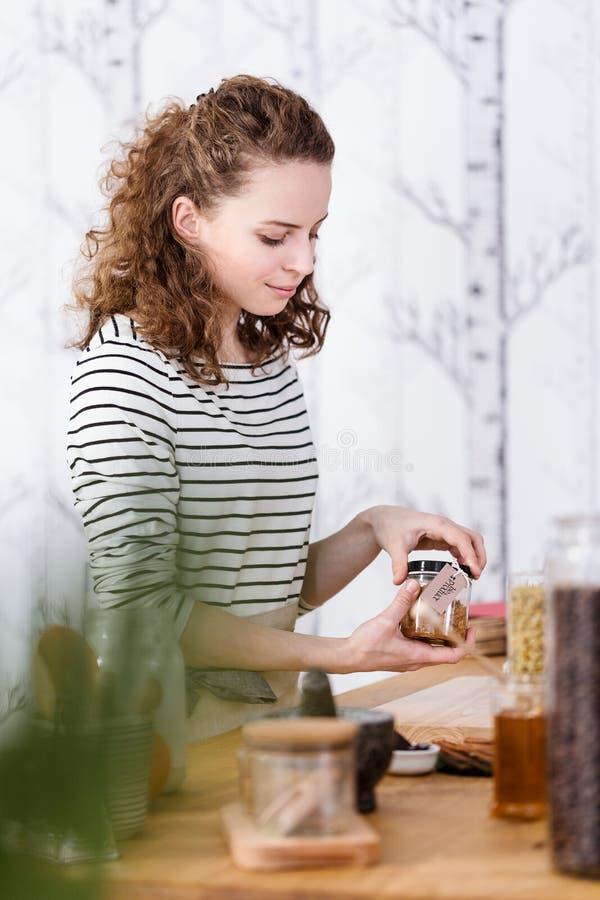 Le kvinnan som packar organiska skönhetsmedel royaltyfria foton