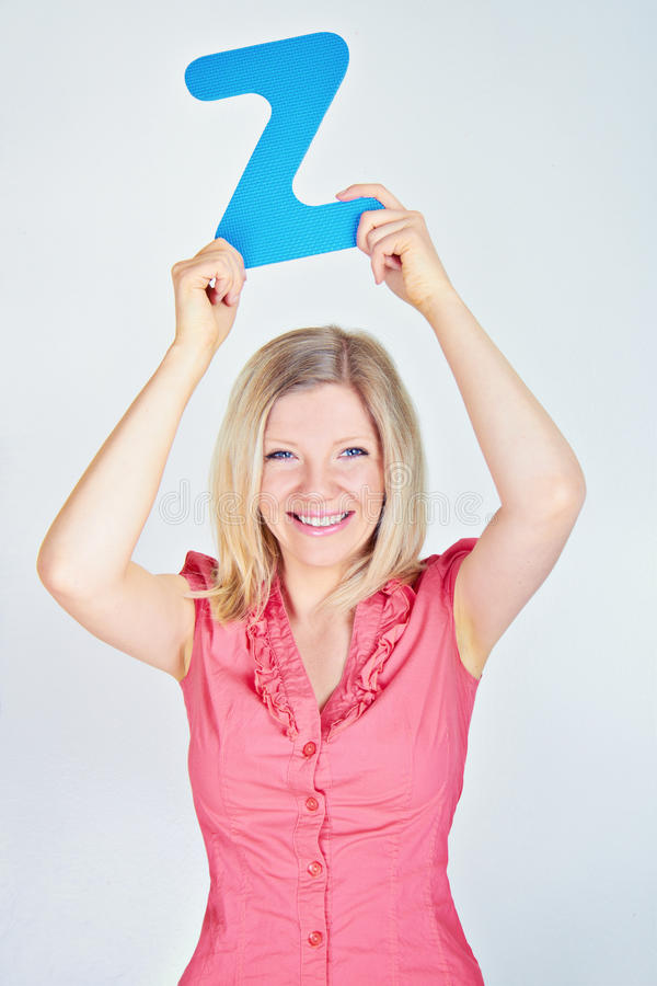 Le kvinnan som rymmer bokstaven Z royaltyfria foton