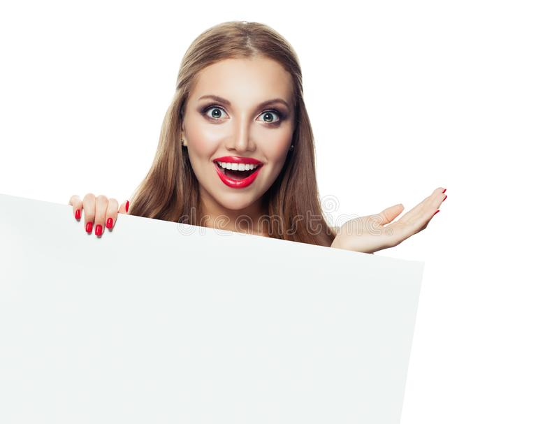 Le kvinnan som rymmer den öppna handen och rymmer den vita tomma pappers- skylten isolerad på vit bakgrund royaltyfri bild