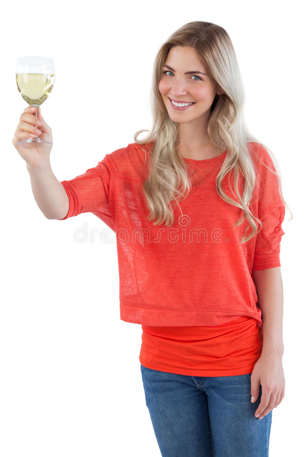 Le kvinnan som rymmer exponeringsglas för vitt vin royaltyfri fotografi