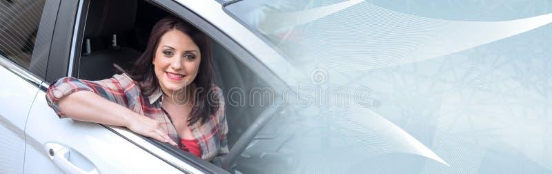Le kvinnan som sitter i ny bil; panorama- baner royaltyfri fotografi