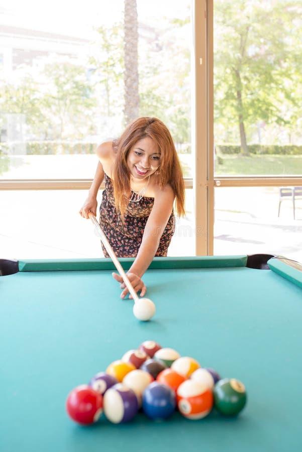 Le kvinnan som spelar pölen royaltyfria bilder