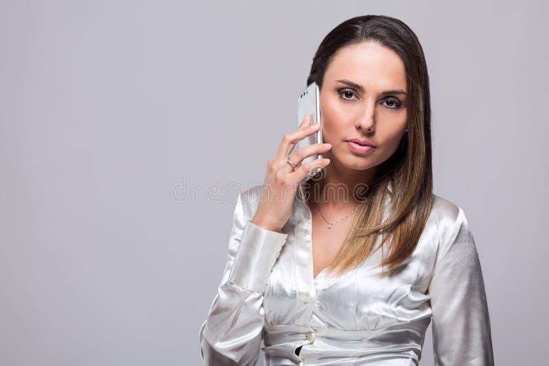 Le kvinnan som talar på smartphonen royaltyfria bilder