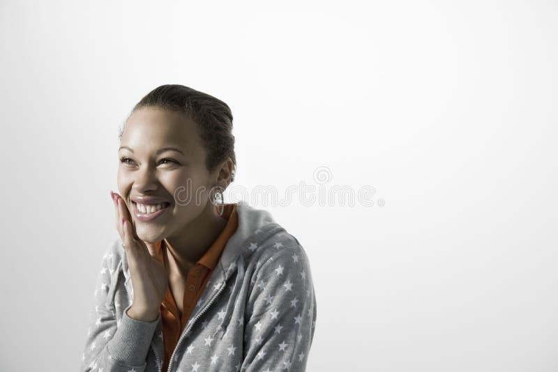 Le kvinnan som trycker på hennes kind royaltyfria foton