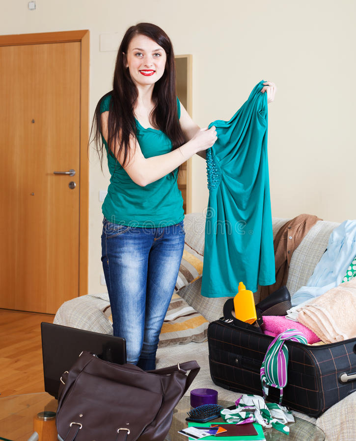 Le kvinnan som väljer klänningen för semester arkivbild