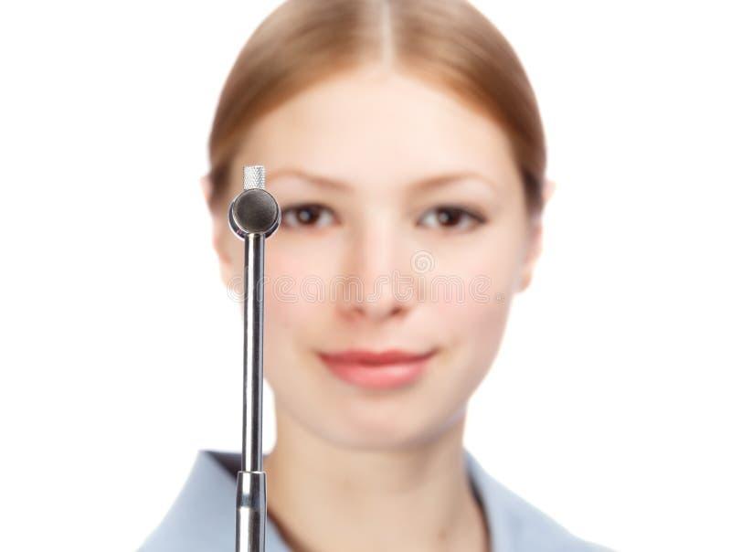 Le kvinnaneurologen i skyddsrock för doktors` s med reflexhammaren arkivfoto