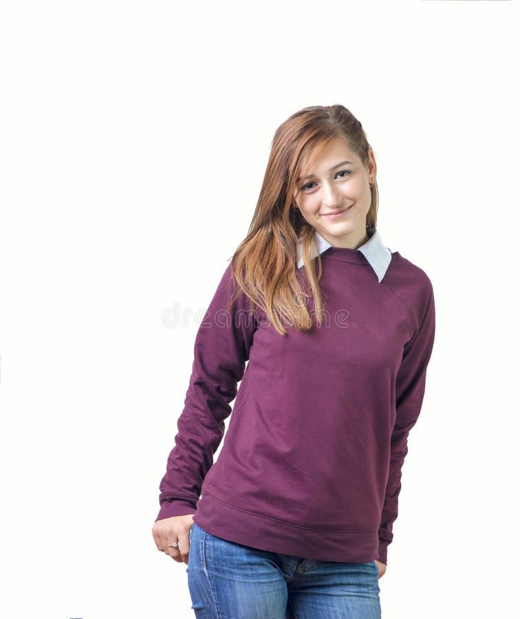 Le kvinnaståenden med den purpurfärgade skjortan som isoleras arkivfoto