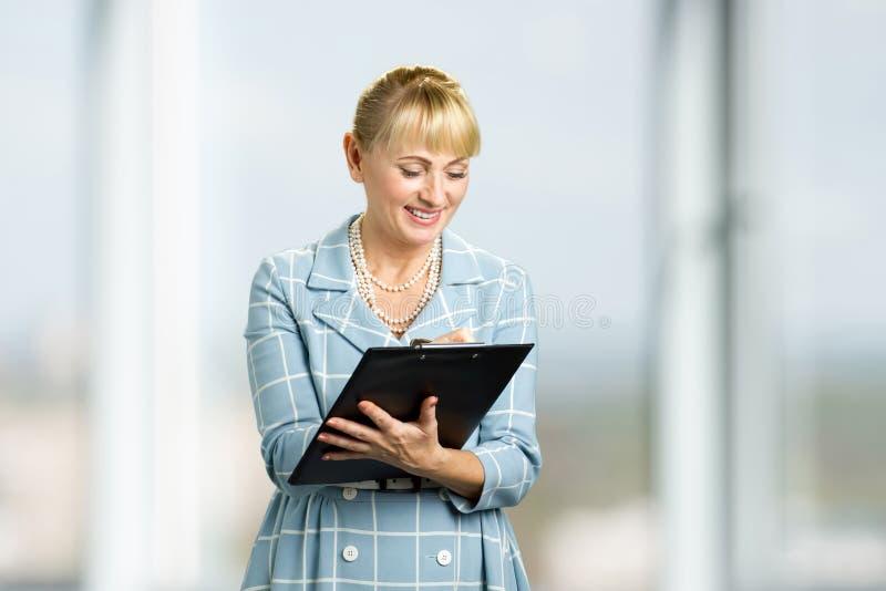 le kvinnawriting för clipboard royaltyfri bild