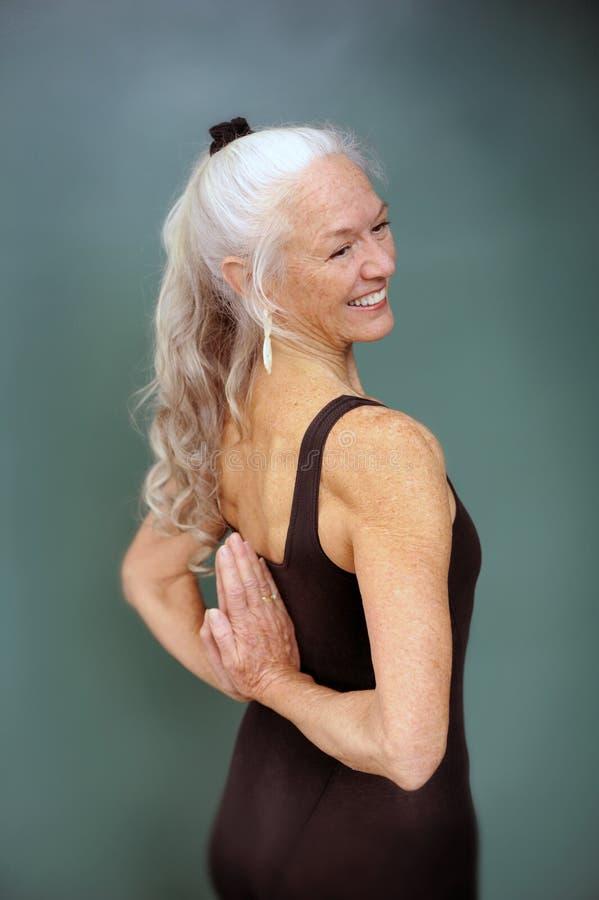 le kvinnayoga för pensionär arkivfoto