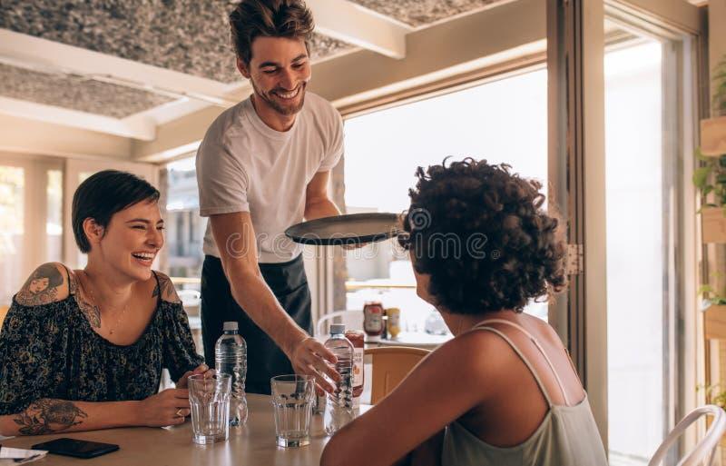Le kvinnliga vänner på ett kafé arkivfoton