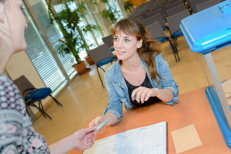 Le kvinnlign som tar laglig rådgivning från offentlig arbetare arkivfoton