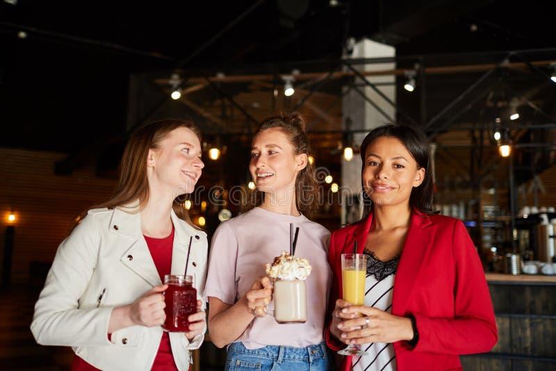 Le kvinnor med drycker royaltyfri foto