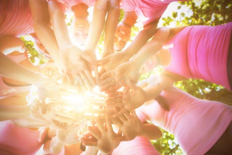 Le kvinnor som organiserar händelsen för bröstcancermedvetenhet arkivbilder
