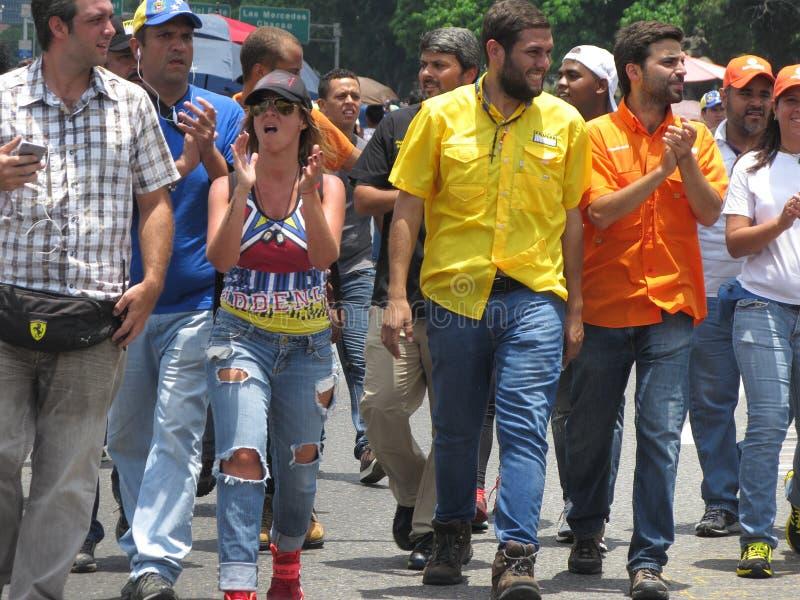 Le législateur Juan Requesens, jaune d'opposition, est escorté par son collègue image stock