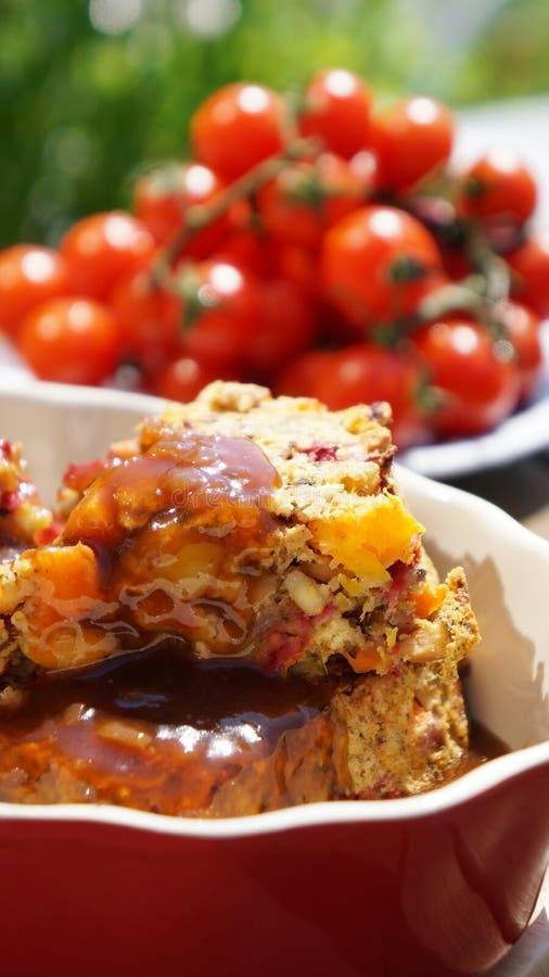 Le légume et l'écrou rôtissent avec la sauce au jus avec les tomates fraîches photos libres de droits