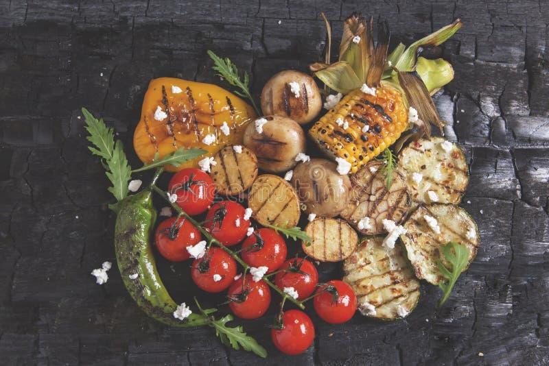 Le légume a grillé des champignons de pommes de terre de maïs de paprika de poivre de tomates sur le charbon de bois photos stock