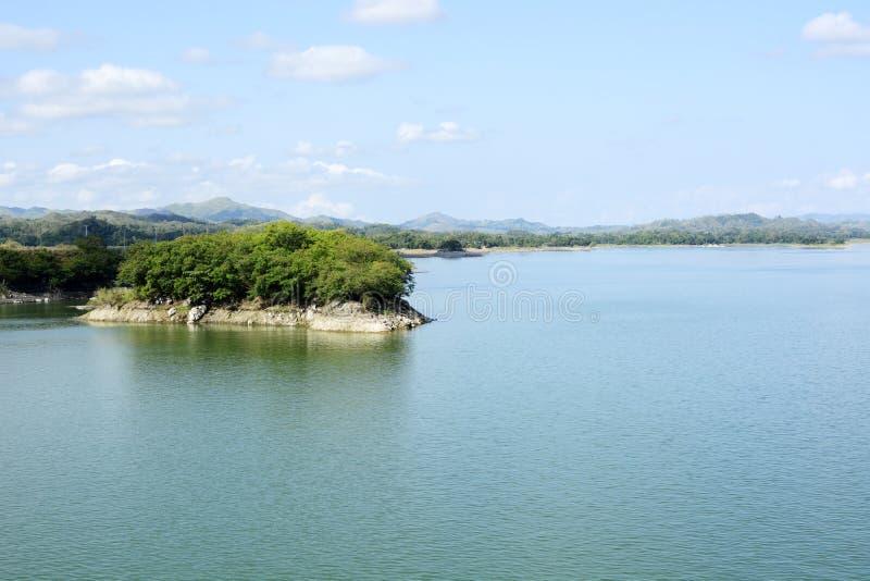 Le lac énorme a formé en raison de la construction électrique hydraulique de barrage de Magat, plaçant des villes sous l'eau images libres de droits