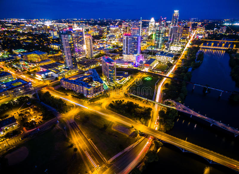Le lac aérien austin Texas Night Cityscape Over Town de nuit bleue jette un pont sur le paysage urbain coloré urbain de capitales images libres de droits