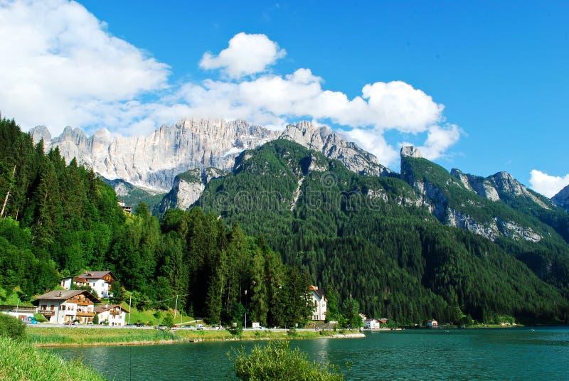 Le lac Alleghe au-dessous du bâti Civetta dans la province de Bellune au coeur des dolomites se garent images stock