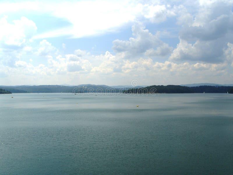 Le lac artificiel près du barrage en Pologne photographie stock