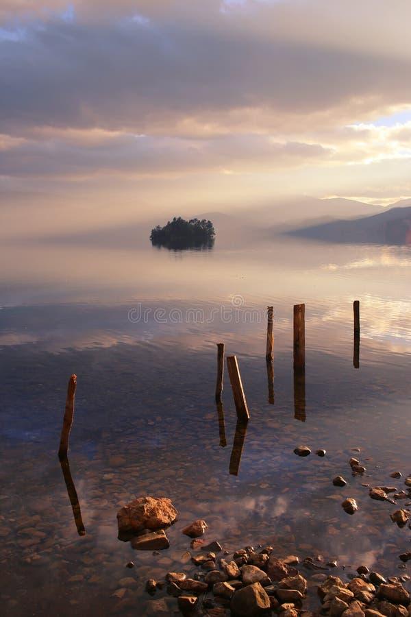 Le lac au coucher du soleil image libre de droits